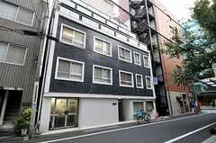 マンションの外観。2階と3階にシェアハウスがあります。(2011-10-12,共用部,OUTLOOK,1F)
