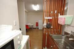 キッチンからリビングを眺めるとこんな感じ。左手にランドリー、パーティションの向こう側右手にバスルームがあります。(304号室)(2008-07-30,共用部,KITCHEN,3F)