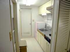 廊下の先にはキッチンが。置くのドアはユニットバス。(2007-09-04,共用部,OTHER,4F)