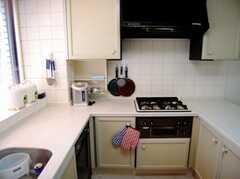 キッチンの様子3。コンロは便利な4つ口。(2007-03-29,共用部,KITCHEN,3F)
