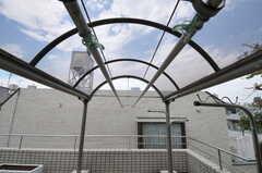 共用バルコニーには屋根付きの物干し場があります。(2011-07-04,共用部,OTHER,5F)