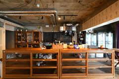 ラウンジ側から見たキッチン。手前の棚では個人の食材を保管できます。(2017-08-31,共用部,KITCHEN,1F)