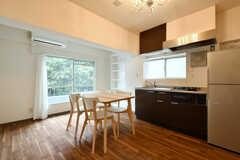 リビングの様子2。キッチンが併設されています。(501号室)(2017-08-31,共用部,LIVINGROOM,5F)