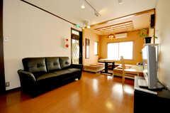 シェアハウスのラウンジの様子4。ソファと大型TVも。(2010-02-05,共用部,LIVINGROOM,4F)