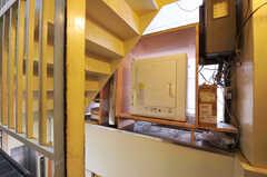 階段に設置された乾燥機の様子。(2011-06-24,共用部,LAUNDRY,2F)