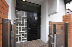 シェアハウスの正面玄関。(2013-10-10,周辺環境,ENTRANCE,1F)
