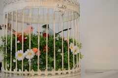 籠で一休みするつがいの小鳥。(2013-10-10,共用部,LIVINGROOM,1F)