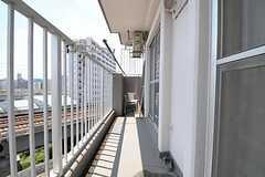 リビングから出られるベランダの様子。7011号室のベランダと繋がっています。(2011-07-25,共用部,OTHER,7F)