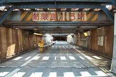 都営浅草線・泉岳寺駅からシェアハウスへ向かう道の様子。高さ1.5mと、かなり低めなので注意。(2011-07-25,共用部,OTHER,1F)