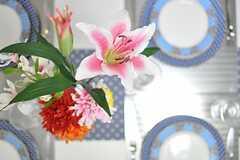 テーブルに飾られた花の様子。(2013-03-05,共用部,LIVINGROOM,2F)