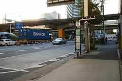 シェアハウス近くにあるバス停(品川行き)の様子。(2012-11-21,共用部,ENVIRONMENT,1F)