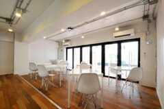 ダイニング・ゾーンの様子。掃き出し窓からはウッドデッキのテラスに出られます。(2010-05-27,共用部,LIVINGROOM,1F)