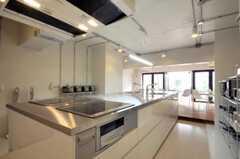 シェアハウスのキッチンの様子3。IHコンロです。(2010-05-27,共用部,KITCHEN,1F)