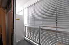 ベランダの様子。今はブラインドが閉まっています。(2010-05-27,専有部,ROOM,4F)