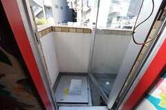 掃き出し窓からはベランダに出られます。(2013-02-21,共用部,OTHER,3F)