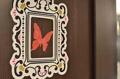 水まわり設備へ続くドアには、蝶の絵が。(2013-02-21,共用部,OTHER,3F)