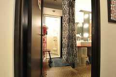 ドアを開けて正面がシャワールームです。脱衣スペースはカーテンで仕切ります。(2013-02-21,共用部,BATH,3F)