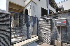 シェアハウスの門扉の様子。(2013-05-09,周辺環境,ENTRANCE,1F)