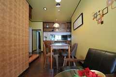 窓から見たリビングの様子。奥のカウンターの裏がキッチンです。(2013-05-09,共用部,LIVINGROOM,1F)