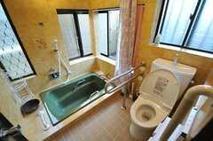 バスルームにはトイレが設置されていて、カーテンで仕切れます。(2013-05-09,共用部,BATH,1F)
