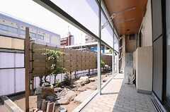 大きな窓から、共用の庭に出られます。(101号室)(2013-05-09,専有部,ROOM,1F)