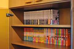 本棚にはマンガが並んでいます。(2013-05-24,共用部,LIVINGROOM,1F)