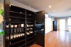 収納棚は3箇所設置されています。専有部ごとの収納棚と共用の食器が用意されています。(2017-01-12,共用部,KITCHEN,1F)