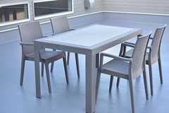 テーブルとチェアが用意されています。(2017-01-12,共用部,OTHER,2F)