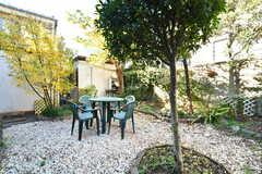 庭にはテーブルとイスが設置されています。(2018-12-14,共用部,GARAGE,1F)