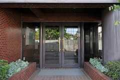マンションの正面玄関。(2012-08-03,共用部,OUTLOOK,1F)