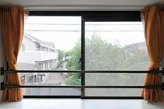 幅広の窓は採光も十分。(201号室)(2012-08-03,専有部,ROOM,2F)
