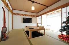 小上がりの和室には掘りごたつがあります。TVは壁掛けです。(2011-11-24,共用部,LIVINGROOM,1F)