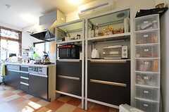 キッチンの脇には食器棚が置かれています。(2011-11-24,共用部,KITCHEN,1F)