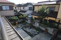 ベランダから庭を見下ろすとこんな感じ。かなり広々。(2011-11-24,共用部,OTHER,2F)