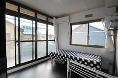 専有部の様子。掃き出し窓から専用のベランダへ出られます。(203号室)(2011-11-24,専有部,ROOM,2F)