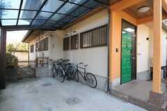 屋根付き駐輪場の様子。バイクもここに置きます。(2011-11-24,共用部,GARAGE,1F)