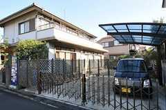 屋根付きと屋根無し、各1台ずつの駐車できます。(2011-11-24,共用部,GARAGE,1F)