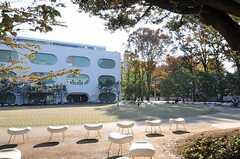JR中央線・武蔵境駅前には図書館があります。(2011-11-24,共用部,ENVIRONMENT,1F)