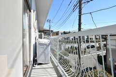 ベランダの様子。洗濯機が設置されています。(2017-03-08,共用部,OTHER,2F)