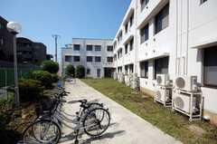 駐輪場の様子。建物側にはバイクも置けるとのこと。(2008-05-27,共用部,GARAGE,1F)