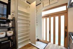 内部から見た玄関の様子。靴箱は専有部ごとにスペースが決められています。(2017-03-22,周辺環境,ENTRANCE,1F)
