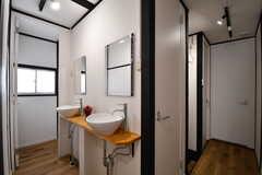 洗面台が2台並んでいます。奥がトイレです。(2017-03-22,共用部,WASHSTAND,2F)
