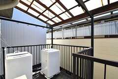 物干しスペースの様子。洗濯機が2台設置されています。(2017-03-22,共用部,LAUNDRY,2F)