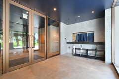 玄関ドアの鍵は、ドアの右手です。(2019-07-30,周辺環境,ENTRANCE,1F)