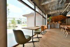 窓辺にはカフェテーブルが設置されています。(2019-07-30,共用部,LIVINGROOM,1F)