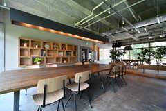 ライブラリースペースには大きなテーブルが設置されていて、本を読むだけでなく作業スペースとしても使うことができます。(2019-07-30,共用部,LIVINGROOM,1F)