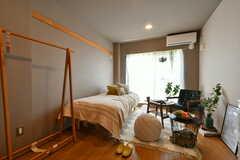 専有部の様子。モデルルームです。アップグレード部屋。コンセプトは「リラックス」。ベッドが少し良いコイルにアップグレードされ、机・椅子はカリモクソファ、ローテーブルでの用意、フロアランプ付きです。wifiルーターセッティング済み。(104号室)(2019-07-30,専有部,ROOM,1F)