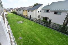 ベランダの下には芝生が広がっています。(202号室)(2019-07-30,専有部,ROOM,2F)