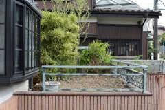 玄関前からはガレージ上の植栽が見えます。(2017-07-24,周辺環境,ENTRANCE,1F)