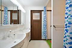 洗面台の様子。両側から通り抜けできます。(2017-07-24,共用部,WASHSTAND,2F)